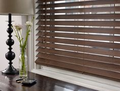 Close up de las venecianas de madera. wooden blinds.