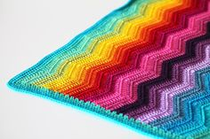 The rippling rainbow blanket is truly a play of colours! The ripples are soothing and relaxing to crochet, while the different colours provide the blanket with a big splash of colour. I chose to work this blanket with cotton, which has great stitch definition. This way, you can see the texture of the ripples even better. The pattern is easy to follow for beginners and is accompanied by a photo tutorial. All instructions are written in US terms.