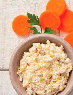 PATÊ DE FRANGO LIGHT Ingredientes -200 g de peito de frango cozido -Noz-moscada a gosto -1 pitada de sal -3 col. (sopa) de iogurte desnatado -1 xíc. (chá) de salsinha picada -1 cenoura ralada -½ xíc. (chá) de cebola picada Modo de fazer Cozinhe o frango com a noz-moscada e o sal. Desfie ou processe a carne e misture os demais ingredientes. Leve à geladeira até ganhar consistência.