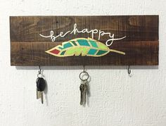 Be happy key holder Small Wood Projects, Scrap Wood Projects, Wooden Key Holder, Wooden Pattern, Decoupage Box, Mural Wall Art, Diy Storage, Diy Christmas Gifts, Wood Art