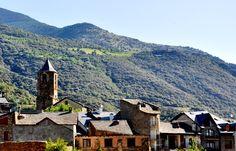 Rialp es un preciosos pueblo en el Pirineo de Lleida, muy cerca de Sort y del Parque Nacional de Aigüestortes. Es el típico pueblo pequeño de montaña con calles estrechas, casas de piedra y rodeado de un paisaje espectacular.
