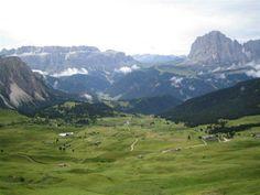 Alpe di siusi, sullo sfondo il gruppo del Sella e Sassolungo, in mezzo la val di Fassa [@FantaSuperMega, via Twitter]