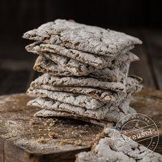 Rezept für luftig, knuspriges (und nicht steinhartes) Knäckebrot aus Roggenschrot – beinah wie jenes, der Marke «Roland». Abgucken bei einer Bäckerin / Konditorin.