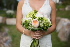 bouquet de mariée, rose de jardin, rose blanche , hydrangée , hypericum , lière www.alaboiteafleurs.com photographe : Geneviève Sasseville