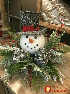 Polystyrénové gule môžete kúpiť hádam v každom papiernictve, či kvetinárstve. Sú nesmierne užitočné, pretože ako ukázala aranžérka Sarah, poslúžia vám na výrobu dekorácií a ozdôb od výmyslu sveta. Pozrite sa na ti utešené nápady! Snehuliak na vianočný stôl Stačí vám polystyrénové guľa a kus aranžérskej hmoty v tvare obdĺžnika. Hmotu postavte na plytký tanier a...