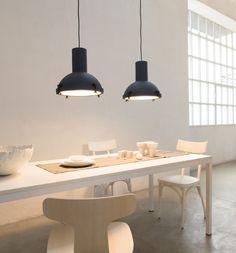 Die Hängelampe Projecteur 365 ist als wahrer Kultgegenstand von Weltdesign. Le Corbusier realisierte 1954 diese Lampenkollektion, indem Gegenstände kreiert wurden, die in die kollektive Vorstellungswelt gehören und dann vom Brand Nemo neu angeboten wurden. Ihre Formen greifen auf den industriellen Stil zurück, die heute noch aktuell und modern sind. Sie hat einen Körper aus Aluminium, der außen lackiert ist und innen glänzt. Die Verschlussschrauben aus verzinktem Stahl sind etwas ganz…