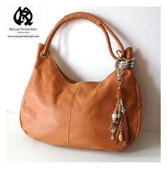 sac à main moyen modèle en cuir camel cognac avec grigri bijou de sac offert - Maryse Richardson Création Paris