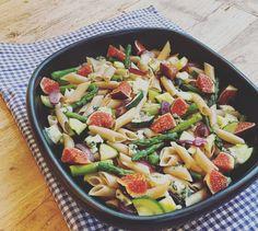 Knapperige pasta - ovenschotel met verse vijgen en blauwe kaas ! vegetarisch , veel groenten , gezond , makkelijk recept , kindvriendelijk , maaltijd . Ingrediënten voor 4 personen: olijfolie 250 gr ( spelt ) Penne 1,5 courgette 400 gr groene asperges 1 grote rode ui 4 vijgen 150 gr blauwe kaas ( bijv. Roquefort ) peper en zout . olive oil , Penne , zucchini , green asparagus , 1 large red onion , figs , blue cheese ( Roquefort ) , oven dish ,  vegetarian, lots of vegetables , healthy