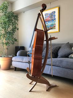 Instrument stand in wood at the Jolly design shop Cello Stand, Music Stand, Cello Music, Violin Art, Wooden Guitar Stand, Guitar Rack, Woodworking Inspiration, Wood Turning, Interior Design