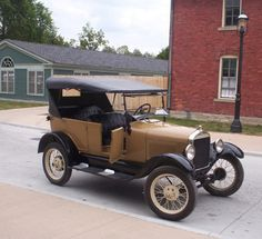 Picture of non-black 1927 Model T at Greenfield Village, photo by rmhermen