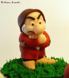 Enanito Gruñón de fondant. Gum paste Grumpy dwarf. #Gruñón #Blancanieves #Cupcakes #disney #EnanitoFondant #TartaGruñon #GrumpyCupCake #GrumpyCake #SnowWhiteCake #FondantGrumpyDwarf
