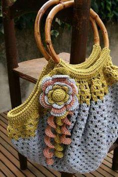 Crochet bag and lovely crochet flower - Granny Square Beau Crochet, Crochet Tote, Crochet Handbags, Crochet Purses, Knit Or Crochet, Crochet Crafts, Crochet Hooks, Crochet Projects, Confection Au Crochet