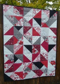 Pieces by Polly: Simple Christmas Fat-Quarter Quilt - Free Pattern - Fat Quarter Face-Off Beginner Quilt Patterns, Quilting For Beginners, Quilt Patterns Free, Free Pattern, Quilt Tutorials, Quilting Ideas, Quilting Projects, Quilts Using Fat Quarters, Half Square Triangle Quilts Pattern