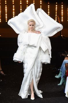 Catwalk Alert 🚨 Miss Vogue: Viktor & Rolf Haute Couture Autumn/Winter Fashion Show 🤩 Couture Week, Couture Mode, Style Couture, Couture Fashion, Runway Fashion, Fashion Week, Fashion Art, High Fashion, Fashion Design