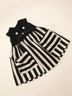 Cute kitty face w/buttons Toddler Dress, Baby Dress, Toddler Girl, Little Dresses, Little Girl Dresses, Sewing For Kids, Baby Sewing, Baby Suit, Kind Mode