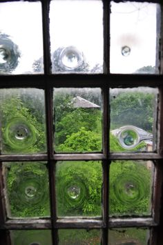 Not exactly colonial, but I love the look of these window panes. Bulls-eye window panes used in an English country house Old Doors, Windows And Doors, Front Doors, Broken Bottle, Window View, Window Panes, Window Glass, Bullseye Glass, Glass Bathroom