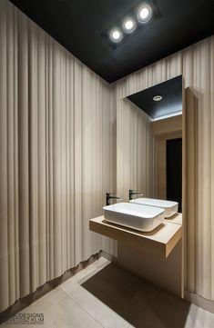 Hana Sushi Manufaktura, Łódź. Elegancka toaleta w minimalistycznym stylu.  Minimalist bathroom design in japanese restaurant. www.milkdesigns.pl Hana Sushi, Projects