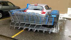 Clientes de mercado se vingam de motorista que estacionou em duas vagas