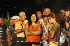 Público cel centro de #SantaColomadeGramenet asistiendo al rodaje de #laEstrella