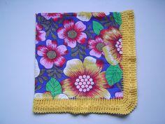 Toalha para mesa feita em tecido chita (100% algodão) com barrado em crochê (linha para crochê 100% algodão). R$ 45,00