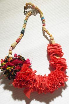 collana in tessuto rosso e  legno