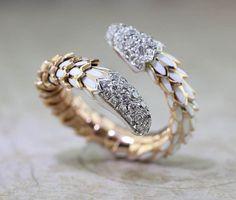 Il sagit dun anneau de sexy de Roberto coin. Il enroule autour de votre doigt comme un petit serpent. Cest un peu souple, vous pouvez le porter sur