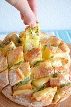 Borrelbrood Zo maak je het: Verwarm de oven voor op 200 graden. Maak de pesto of kruidenboter volgens het recept. Snij het brood horizontaal en verticaal aan. Zorg ervoor dat je niet helemaal tot de bodem snijdt. Snij de kaas in plakken. Verdeel de kruidenboter en de kaas tussen de broodstukken. Prop het lekker vol voor het beste resultaat. Bak het brood vervolgens ongeveer 15 minuten af, totdat de kaas lekker gesmolten is.