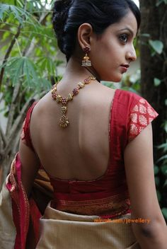 Pretty gold and ruby necklace and earrings. What to wear to an Indian wedding. Sari Blouse Designs, Blouse Patterns, Simple Sarees, Ruby Necklace, Earrings, Blouse Models, Elegant Saree, Indian Attire, Indian Wear