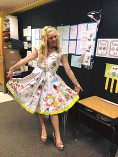 Most teachers wouldn't take kindly to you drawing on their clothes. But first-grade teacher Chris-ShaRee Castlebury didn't mind at all. In fact, she told her students to do it! And as you can see, the result is pretty spectacular.