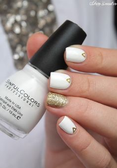 Simplistic yet beautiful white and gold nail art design. The minimalist design helps make the entirety of the design even more appealing and pleasant in the eyes.