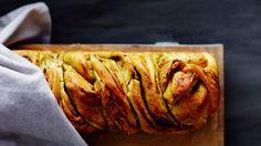 Pestoleipä.  Kulho höyryävän kuumaa suosikkisoppaa ja kylkeen palanen tuoretta leipää. Siinä yksi parhaista lounaista.