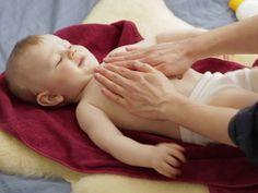 Die meisten Babys genießen den liebevollen Körperkontakt und kommen entspannt zur Ruhe. Mit ein wenig warmen Baby-Öl flutscht die Extraportion Streicheleinheiten besonders gut. Wie Ihr Euer Baby verwöhnen könnt, seht in unserem Video.