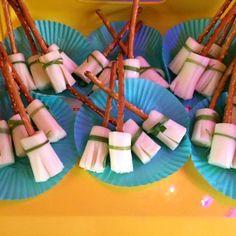Resultado de imagen de mickey halloween party decoration Magic Birthday, 10th Birthday Parties, Mickey Birthday, Boy Birthday, Birthday Ideas, Mickey Halloween Party, Halloween Scene, Mickey Party, Halloween Party Decor