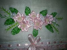 Fralda em tecido de algodão, bordada com fio de meada, com apliques em flores de fita de cetim e pérolas. Acabamento em bordado inglês, passa fitas e fita de cetim!!