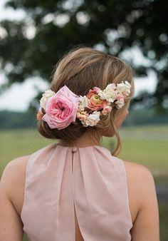 20 Fresh Floral Bridal Hair Ideas  http://www.weddingchicks.com/floral-bridal-hair-ideas/