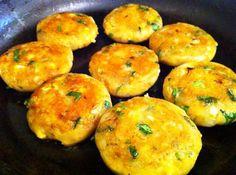 CROQUETE DE BATATAS PICANTES Ingredientes: 4 batatas médias, cozidas e raladas (ou inhame/mandioca cozida) 1 cebola de tamanho médio, finamente picada 1 colher de…
