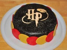 To make your time with your friend as special we bring you the Harry Potter Cakes and Cupcakes. A Cake to bring out wizard hidden inside you. Specially crafted at Hogwarts and laden with charm & sweetness to make you theme party really magical! Pastel Harry Potter, Bolo Harry Potter, Gateau Harry Potter, Harry Potter Fiesta, Harry Potter Sorting Hat, Harry Potter Birthday Cake, Harry Potter Food, Fondant Cakes, Cupcake Cakes