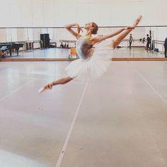 Ballet, jeté @emilywongnzl