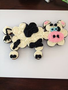 Cow Cupcake Cake, now that's cute! Cupcake Torte, Cupcake Cake Designs, Cupcake Cookies, Cupcake Ideas, Cow Cupcakes, Animal Cupcakes, Baking Cupcakes, Pull Apart Cupcake Cake, Pull Apart Cake