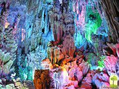 Расщелина скалы тростниковой флейты в Гуйлинь