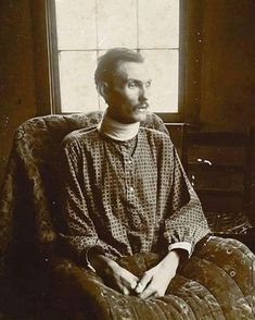 two verified photographs of Doc Holliday as an adult. Could this photo found in an elegant home near St. Louis, Missouri be that of an ailing Doc Holliday in his last days? Vintage Photographs, Vintage Photos, Old West Outlaws, Old West Photos, Doc Holliday, Wyatt Earp, Civil War Photos, Le Far West, Mountain Man