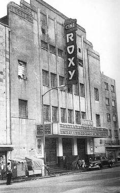 El cine Roxy, ubicado en la esquina de San Cosme y Pino, hoy llamada Dr. Atl, a mediados de los cincuenta. Esta sala se inauguró en marzo de 1936 y fue un sitio de referencia en la colonia Santa María la Ribera, hasta que cerró sus puertas cerca de los años setenta.   Imagen: Colección particular