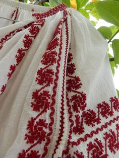 Romanian Embroidery Motifs, Learn Embroidery, Embroidery Fashion, Modern Embroidery, Folk Clothing, Folk Costume, Traditional Outfits, Look Fashion, Needlework