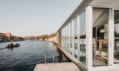 Image 6 of 51 from gallery of Energy Neutral Floating Villa 'Haarlem Shuffle' / vanOmmeren-architecten. Photograph by Eva Bloem Holland, Luxury Houseboats, Amsterdam, Floating Architecture, Journal Du Design, Open Space Living, Living Spaces, Villa, Floating House