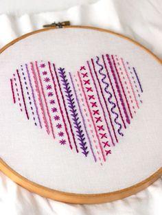 Corazon bordado con diseños sencillos                              …