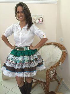 """SAIA CAIPIRA, SUPER LEGAL E PRÁTICA, PODE SER USADA SOBRE LEGS E CALÇAS JEANS JUSTAS!!! A CADA TROCA DE BLUSA UM LOOK NOVO!!!! CONFECCIONAMOS DO """"PP"""" AO """"XGG"""" OBS.: ESTAMPA PODE SOFRER VARIAÇÕES I Love Fashion, Womens Fashion, Country Dresses, Cinderella Dresses, Cute Skirts, Beautiful Lingerie, Traditional Dresses, Kids Wear, Custom Clothes"""