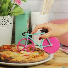 Der Fahrrad Pizzaschneider schneidet a) deine Pizza und erinnert dich b) auch daran, ab und zu ein bisschen Bewegung zu machen.