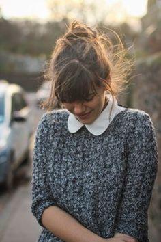 ニットの重ね着には印象的な衿のシャツやブラウスを合わせるのも素敵です。 丸衿ブラウスは女の子らしさがプラスされて可愛い印象になります。