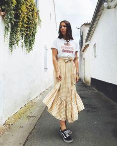 Dupla estilosa: t-shirt + saia fashionista. Blusa branca gráfica, saia midi com babados e xadrez vicgy amarela