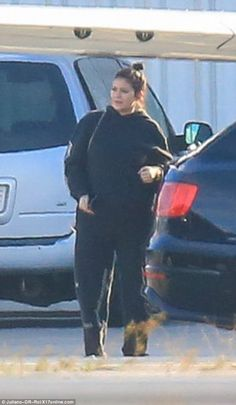 It's baby Jenner! Kylie debuts her bump for the first time as she hides pregnant figure under baggy clothes on Sunday morning Kylie Jenner Embarazada, Kylie Jenner Cuerpo, Kylie Jenner Body, Kylie Jenner Fotos, Trajes Kylie Jenner, Kylie Jenner Outfits, Kendall And Kylie Jenner, Kardashian Style, Kardashian Jenner